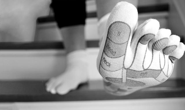 levantarse con el pie izquierdo supersticiones de mala suerte